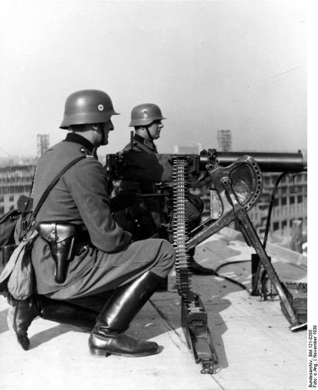 Bundesarchiv_Bild_121-0285,_Warschau,_schweres_MG_08-15_auf_Dach.jpg