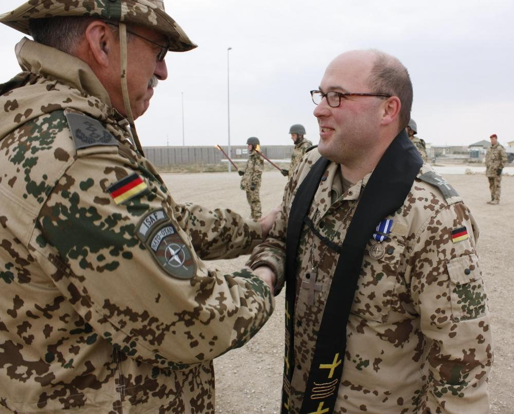 08.11.2008 Medal Parade Pfarrer.JPG