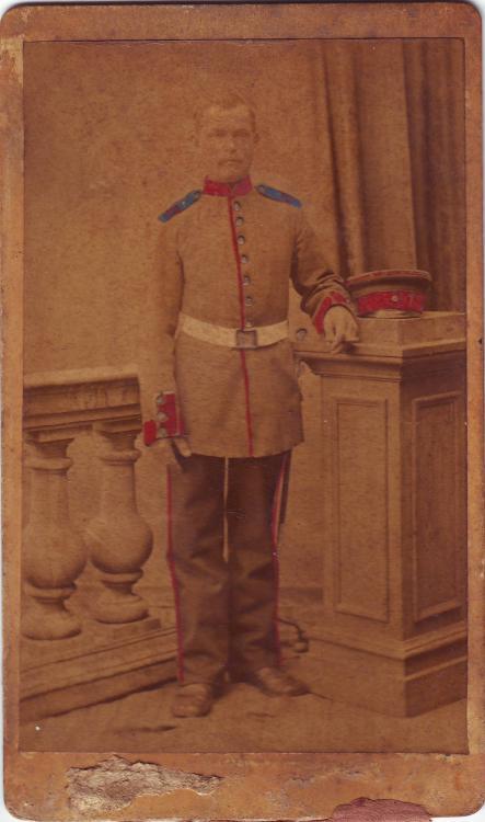 unbekannt (Infanterie, nachkoloriert,blaue Klappen, weißes Koppel,rote Patten).JPG