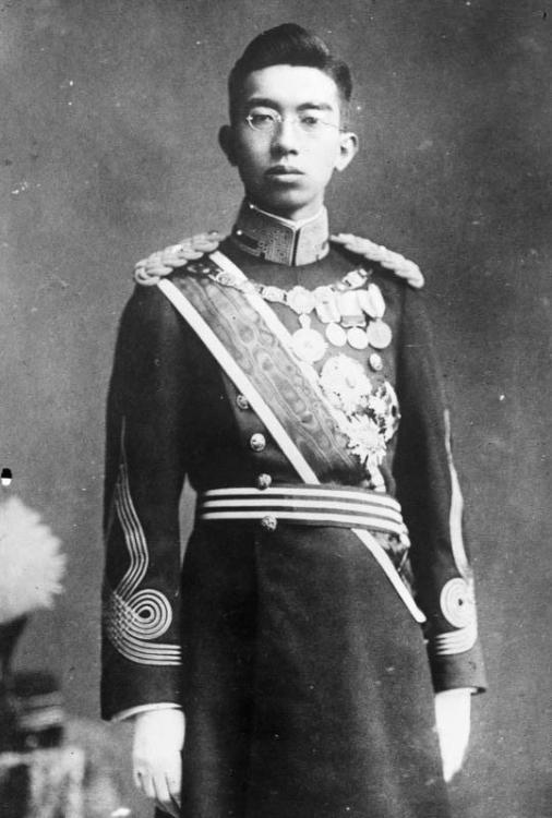 Bundesarchiv_Bild_102-12923,_Kaiser_Hirohito.jpg