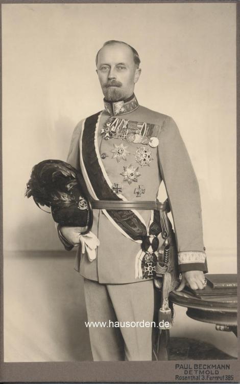 Lippe-Leopold Portrait in Kuk 12te Feldjäger Uniform-stehend web .jpg
