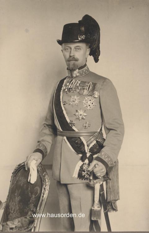 Lippe-Leopold Portrait in Kuk 12te Feldjäger Uniform stehend an Stuhl web .jpg