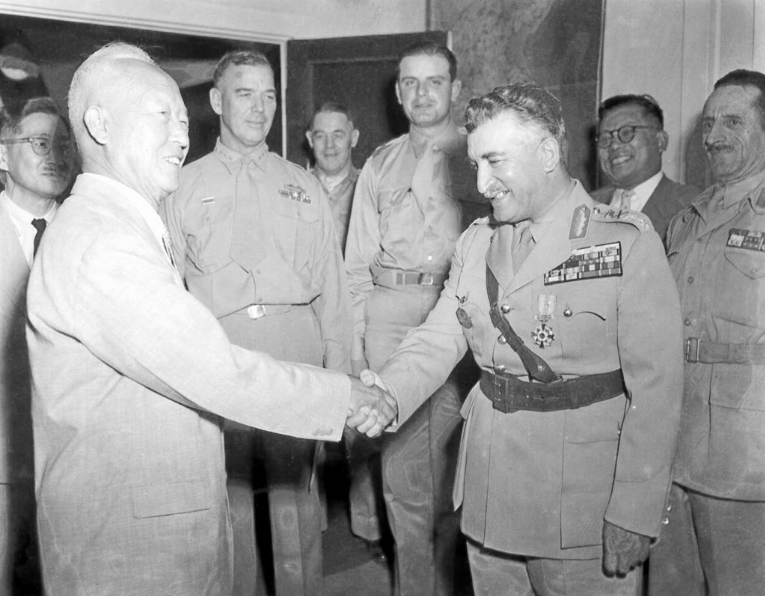 Greek commander recieves Taegeuk with star in 1952.png