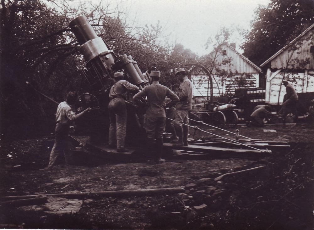 K.u.k. Skoda Mörser, 305mm, M11 (Seitenansicht, Bedienung).JPG