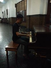 Me, trying to play old piano (kapten_windu)