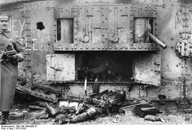 Bundesarchiv_Bild_146_1994_085_37__Westfront__verbrannte_Besatzung_eines_Tanks.jpg