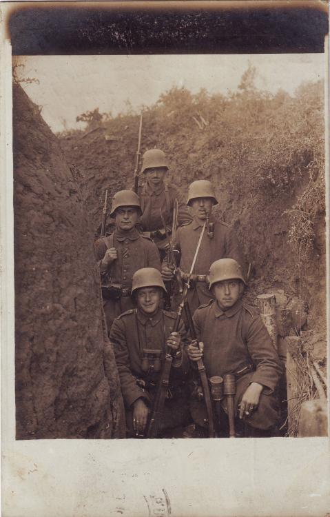 Inf.Rgt. 25 (Stahlhelm, Handgranaten).JPG