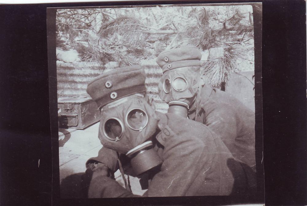Inf.Rgt. 70 (Soldaten unter Gasmaske).JPG