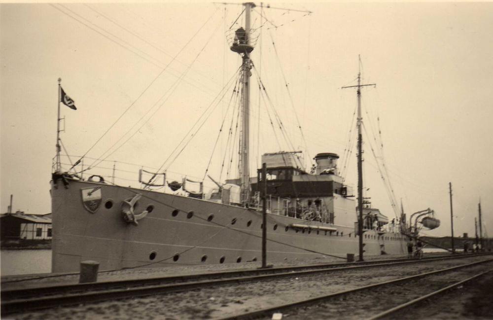@KM Vermessungsschiff Meteor (Warnemünde, August 1937).jpg