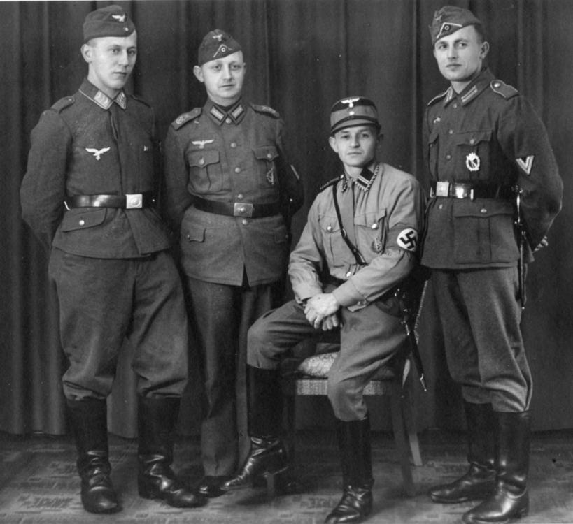 SA - 027a - Gruppenbild mit Luftwaffe, Kriegsmarine Flugmelde-Abt., Heeres Gefreiter, SA-Rottenführer.jpg