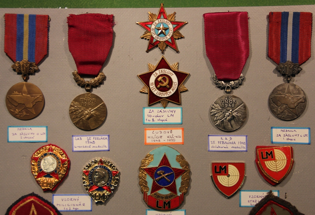 LIDOVE MILICE PEOPLE´S  MILITIA PIN HAT BADGE # NON-EXISTENT CZECHOSLOVAKIA