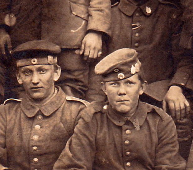 Sturmabteilung 8. Reserve Division detail Kappenabzeichen.jpg