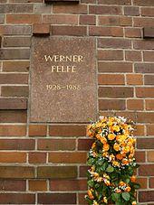 Berlin_Friedrichsfelde_Zentralfriedhof,_Gedenkstätte_der_Sozialisten_(Urnenwand)_-_Felfe.jpg