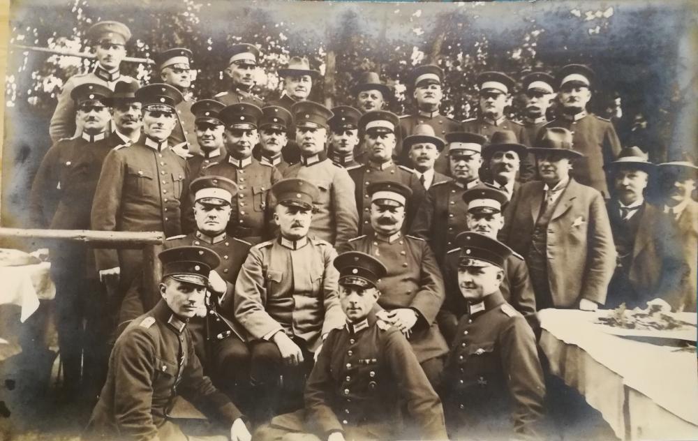 Reichswehr_(Offiziere,_Adler_statt_Kokarde).jpg
