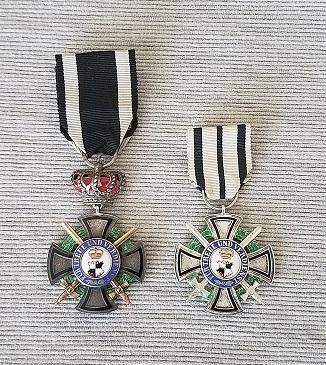 Fürstlicher Hausorden von Hohenzollern Ehrenkreuz 3. Klasse mit Schwertern_F.jpg