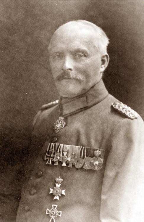 Hoenow, Generalarzt Dr. Hugo Portrait.jpg