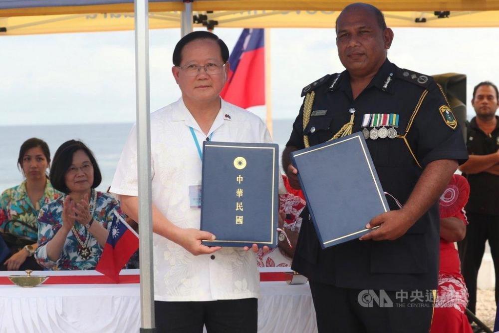 Nauru Police Commissioner Corey Caleb with Taiwan Coast Guard Director General Chen Guo-en.jpg