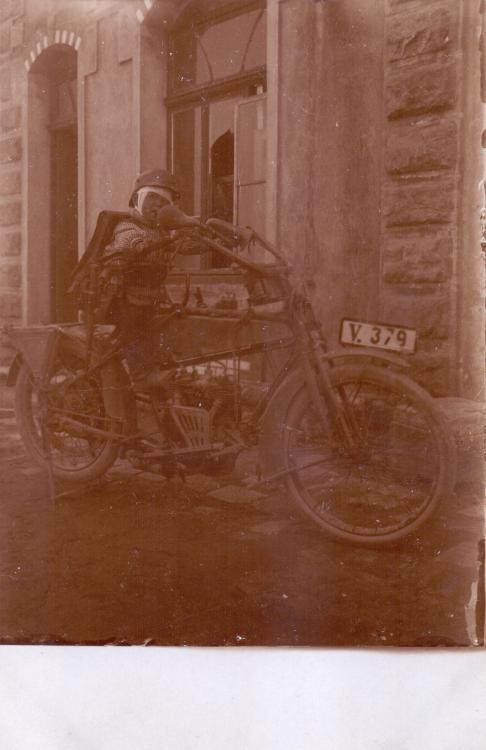 Kind auf Motorrad 5. Armee.jpg