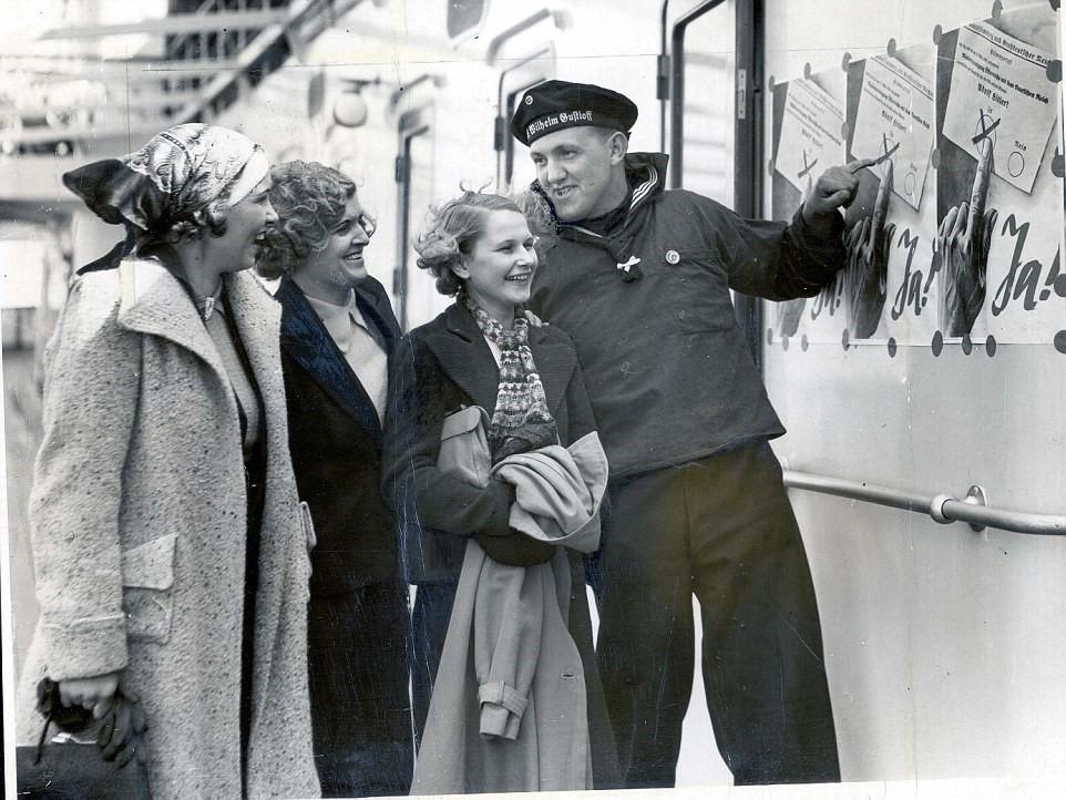 MS Wilhelm Gustloff (Apr. 1938) votingsailor.jpg