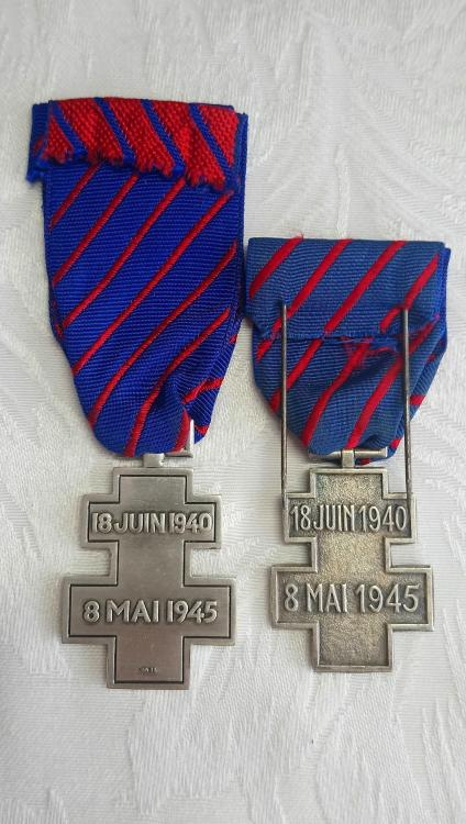 France-Commemorative Medal for Voluntary Service in Free France(R)-Comparison.JPG