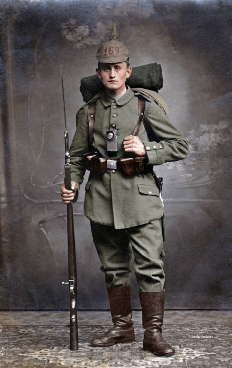 German_soldier_1914_uniform_Colorized_1.png
