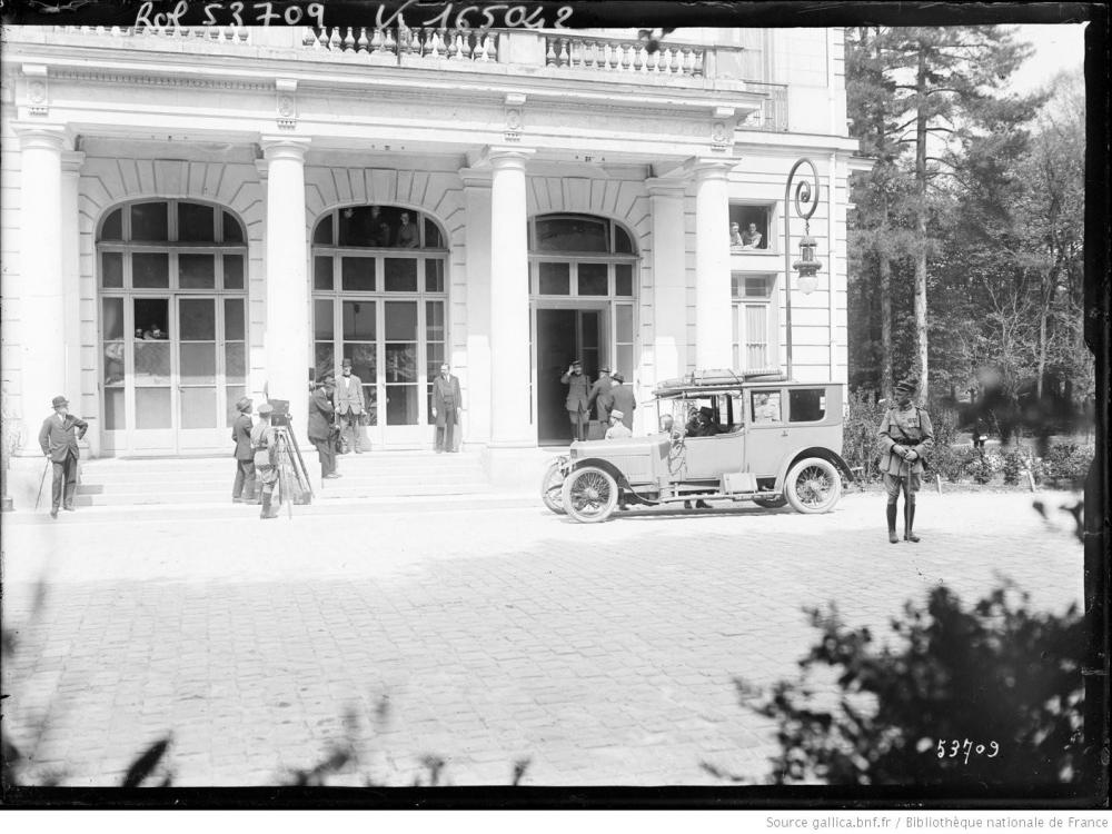 10 conférence de la paix devant Trianon Palace [1 boulevard de la Reine à Versailles 7 mai 1919.JPEG