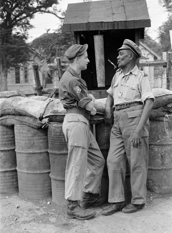 KNIL militair met onderscheiding Militaire Willemsorde praat met een militair van de 7 December Divisie februari 1947.jpg