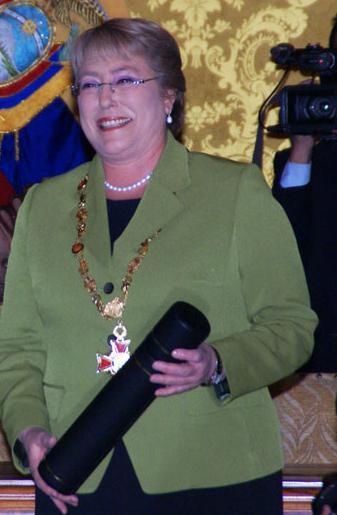 Canciller_Patiño_acompaña_a_Presidente_Correa_durante_condecoración_con_la__Orden_de_San_Lorenzo_en_Grado_de_Gran_Collar__a_Michelle_Bachelet_(4691789534).jpg
