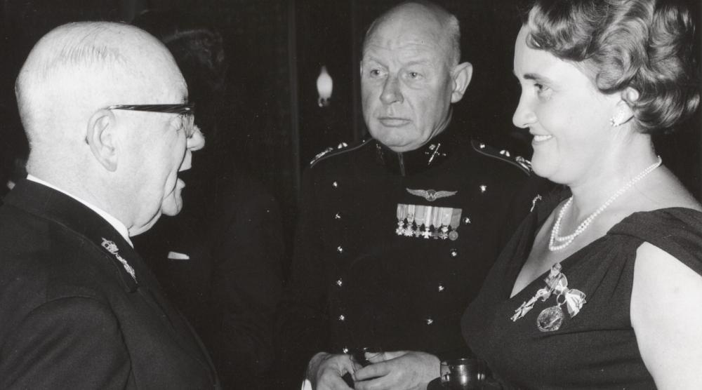 Koningin Juliana reikt de Militaire Willemsorde uit aan Mevrouw B.J. Fick-Gemmeke uit Wassenaar. Zij is na H.K.H. Prinses Wilhelmina de tweede vrouw die deze onderscheiding ontvangt Nederland Amsterdam 28 februari 1951.jpg