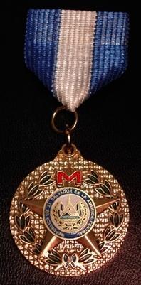 El Salvador Medalla de Oro al Mérito por desempeño sobresaliente en la misión humanitaria en Irak, otorgada por el Presidente de la República de El Salvador (2009).jpg