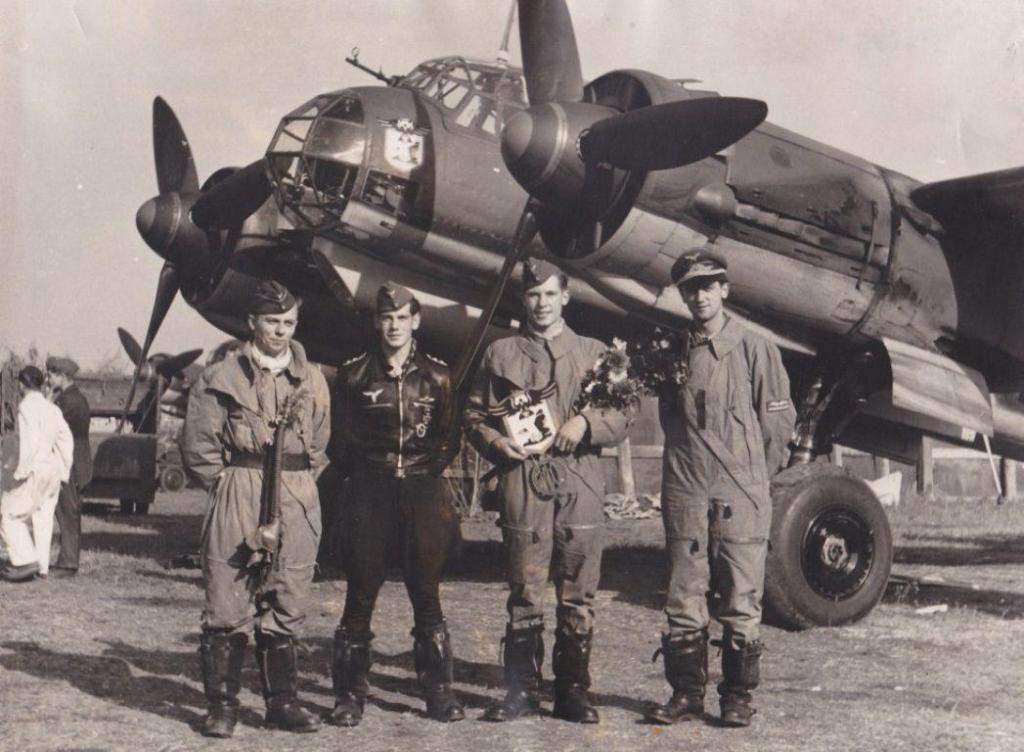 Uffz. Max Lagoda (2.v.r) 110ter Flug. v.l. Nenz, Heinemann, Lagoda und Sander. Mit E. Heinemann machte Max Lagoda noch weitere 14 Feindflüge3.jpg