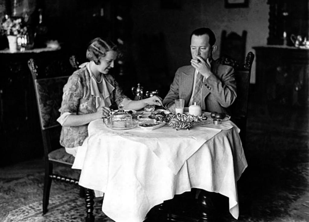 Dr__Sven_von_Müller_mit_seiner_Gemahlin_Mady,_1931.png